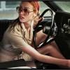 Jeu concours La Dame dans l'auto avec des lunettes et un fusil
